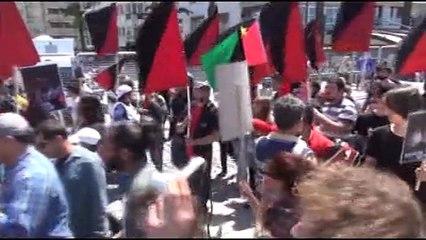 İzmir'de 1 Mayıs kutlamalarında arama noktasından çıplak geçtiler