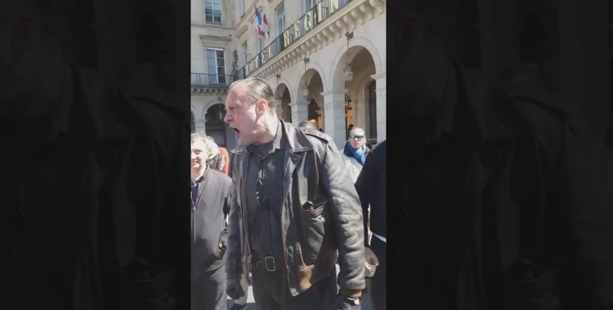Les journalistes du Petit Journal menacés et insultés par des militants du Front National (vidéo)