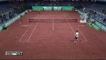 Un joueur de tennis tire sur un chat en plein match