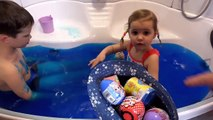 Цыфра ЧЕЛЛЕНДЖ в Джели Баф меняющий цвет игрушки в желейной ванной видео от Макса и Кати Gelli Baff CHALLENGE with toys