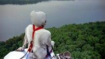 Métier à haut risque : Ils réparent des lignes électriques à haute tension en hélicoptère