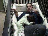 Ce papa grimpe dans le lit de sa fille pour l'endormir et se retrouve piégé