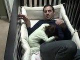 Ce papa grimpe dans le lit de sa fille pour l endormir et se retrouve piéé