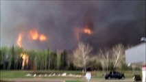 Un violent incendie encercle une ville de 100.000 habitants qui sont obligés d'être évacués