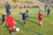Un enfant trop mignon fait un câlin à son petit frère en plein match de foot !