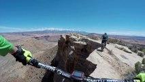 Sortie VTT en montagne au bord d'une falaise à 120 mètres de haut - Vertigineux