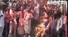 Holi celebration with pyre ashes, Holi celebration at shamshan Ghat, Cremated Ashes Of Dead Bodies As Holi Color, Manika