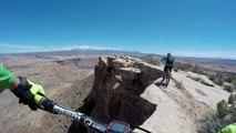VTT au bord d'une falaise de 120 mètres de haut en POV