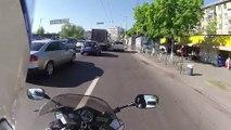 Bonne action, un motard arrête un voleur à l'arrachée en pleine action !