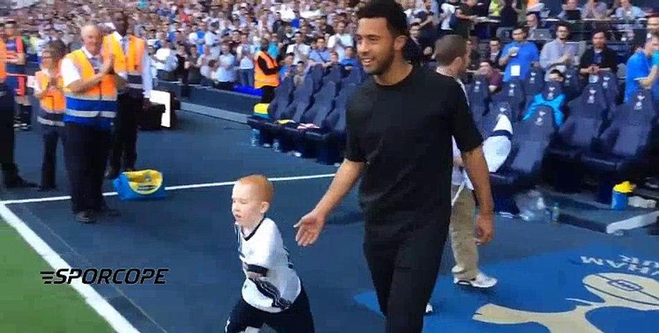 Tottenhamlı oyuncular maç öncesinde engelli bir çocuk taraftarını sahaya çıkardılar.