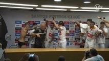 Dorival leva banho dos jogadores do Santos e elogia Audax