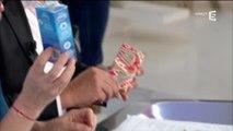 """""""C à vous"""" : Roselyne Bachelot offre à Anne-Sophie Lapix... des préservatifs !"""