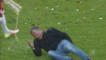 Quand l'entraineur de FOOT se claque la jambe en essayant d'échapper à la douche de bière après la victoire de son équipe : FAIL