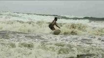 Mujeres musulmanas participan en el campeonato nacional de surf de Bangladés