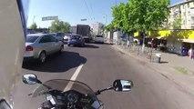 Un motard court après un voleur de sac à main sur l'autorout