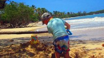 Ilan qui joue dans le sable