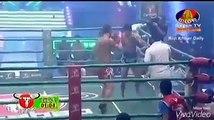 Un combattant Muay-thaï au bord de l'épuisement met KO son adversaire