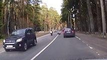 Régis le motard malchanceux se prend une roue de voiture
