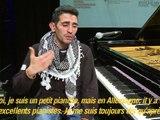 Le jeune pianiste au keffieh qui chante la Syrie aux Allemands