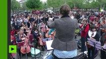 «Orchestre Debout» joue le Boléro de Ravel à Paris pour la journée Global Debout