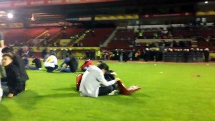LAMENTÁVEL! Torcedores tacam fogo no gramado e nas arquibancadas do próprio estádio!