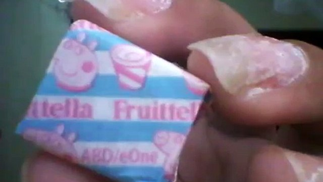 Experimentando Bala Fruit Tella da Peppa Pig de Milk Shake de morango