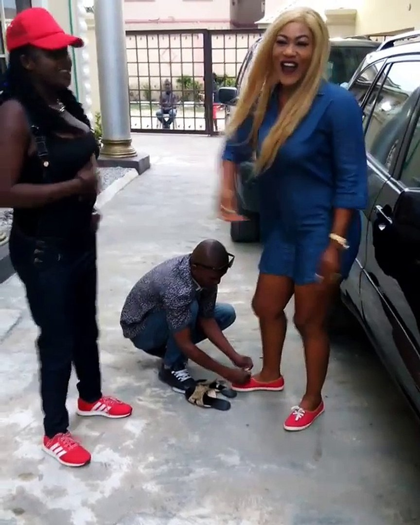 Nollywood actress orders servant to tie her shoe lace