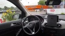 Cette voiture conduit et se gare seule sur le parking en pilote automatique !