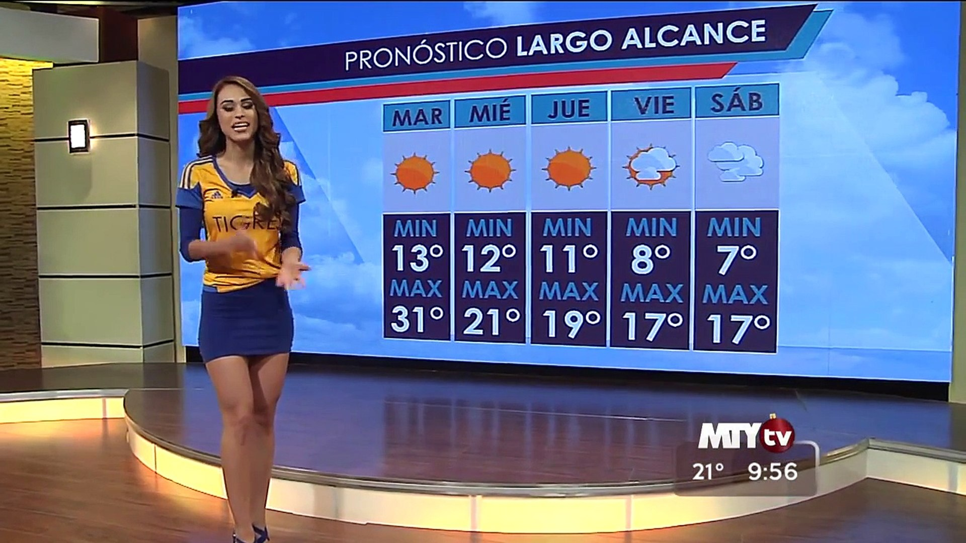 Yanet Garcia presenting weather in football shirt ‪#‎Dat‬ ‪#‎ASS‬