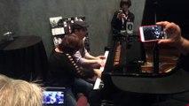 Ils jouent du piano jazz à 4 mains dans un Bar... Enorme !