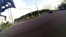 Accident particulièrement spectaculaire entre 4 voitures à un carrefour