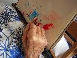 Art-thérapie : ma mère peint même quand elle est au lit !