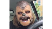 Une femme a un fou rire avec un masque Chewbacca