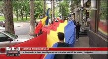 Tricolorul este la el acasă. Asta au scandat luni zeci de tineri care au mărșăluit prin centrul Chișinăului cu un drapel de 50 de metri. Еrebuie să celebrăm Ziua Europei cu tricolor în piept, nu cu panglica Sf. Gheorghe