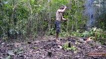 Il fait pousser des patates et les cuisine juste avec ses mains en pleine nature !