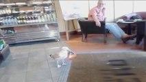 Une mouette vole un paquet de chips en marchant dans un café !