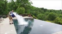 Jeter 13kg de glace carbonique dans une piscine...