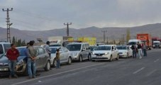 PKK'lı Teröristler, Yol Kesip Araçları Ateşe Verdi