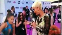 Ariana Grande se prend les pieds dans le tapis rouge de la céé des Billboard Music Awards