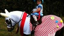 Une petite fille chevauche son poney. Lorsqu'ils vont se retourner, vous allez fondre devant ce spectacle adorable.