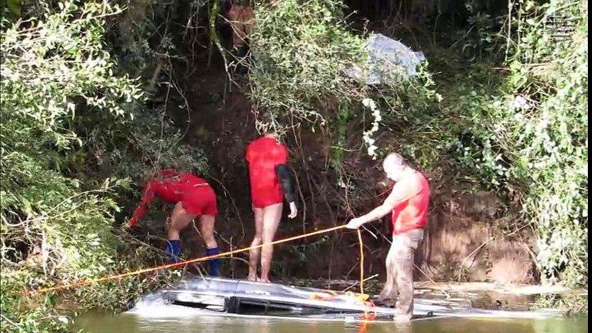 Carro cai dentro de rio em PG e empresário morre