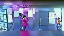 2 gamins pris en flag en train de détruire une oeuvre d'art dans un musée.