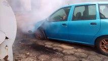 Plein gaz face face à un mur avec sa vieille voiture... Résultat : tout cassé