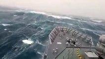 Un bateau militaire affronte des vagues de 20 mètres