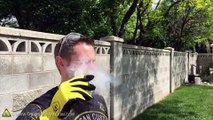 Cet homme se verse de l'azote liquide sur le visage, regardez ce qui va se produire !
