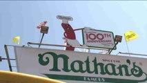 Perritos calientes a 5 centavos para celebrar los 100 años de Nathan's Famous