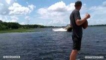 Un wakeboardeur fait un backflip et attrape un ballon de football américain