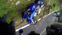 Un motard sauvé par l'airbag pendant une chute violente