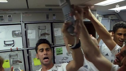 CUIDADO, RAPAZIADA! Jogadores do Real Madrid se empolgam demais em comemoração dentro do avião!