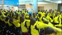 Danse de 300 pompiers sud-africains à l'aéroport au Canada pour aider sur les gros incendies